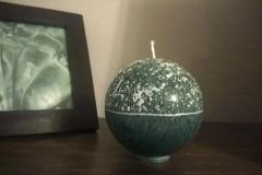 Zelená zasnežená vianočná guľa